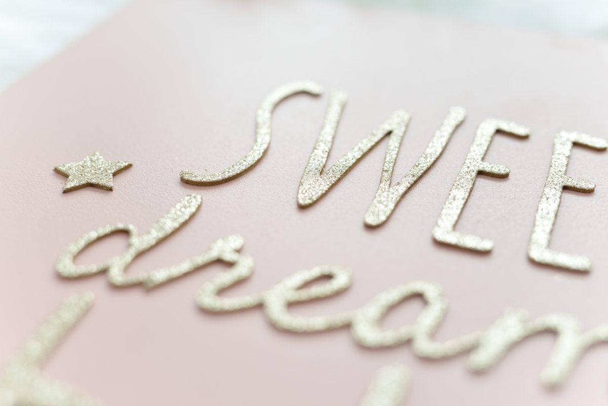 rózsakvarc színű tábla arany betűkkel, Tutu Cute, babaszoba dekoráció